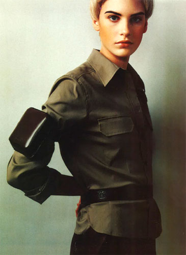 写真:太く、しっかり黒い眉はメンズ風。金髪と合わせる事でより強調されます。ミリタリーファッション、中性的な感じにはぴったり。British Marie Claire(2003) Photo:Jonty davis