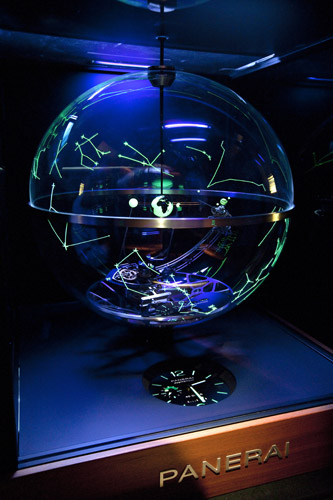 写真:特別製作した永久カレンダー付きプラネタリウム時計「パネライ ジュピテリウム」