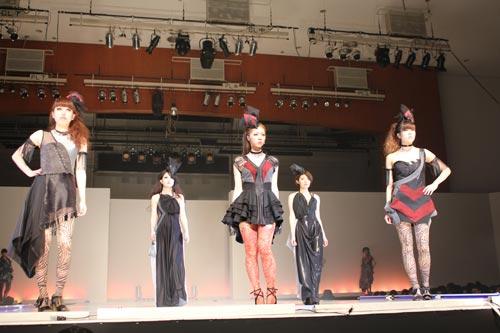 写真:文化服装学院の卒業ショー=今年3月、東京都新宿区