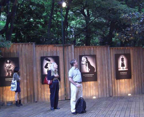 写真:写真展の屋外展示風景。東京日仏学院で