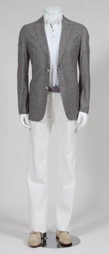 写真:ポロシャツとジャケット、白のチノパンの組み合わせ(いずれも三陽商会のブランド「アレグリ」)