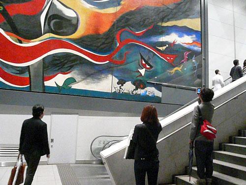 写真:東京・渋谷 右下部分にベニヤ板がはられた岡本太郎作の巨大壁画「明日の神話」