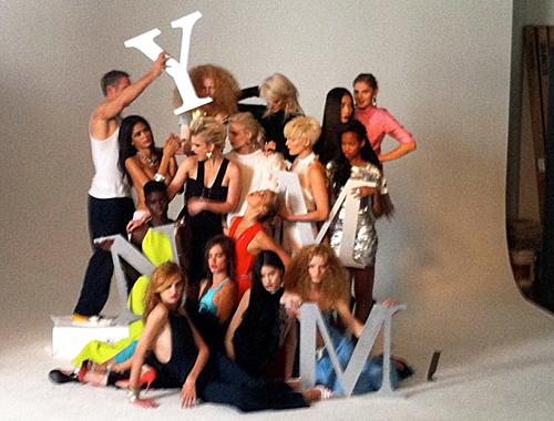 写真:某V誌の撮影風景、15人の姫達のスナップショット