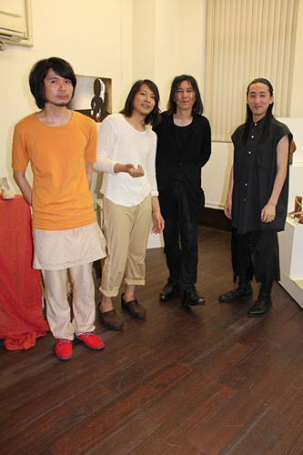 写真:若手デザイナーと共に。右から中里唯馬氏、加賀美氏、原田剛(エスペランサ靴学院講師)、山縣良和氏=同。2,3、6、7は柏木写す。他は加賀美氏提供