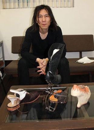 写真:エスペランサ靴学院で講演した時、自作の靴とともに=今年8月、東京・浅草