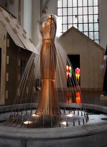 写真:噴水をドレスに仕立てた作品