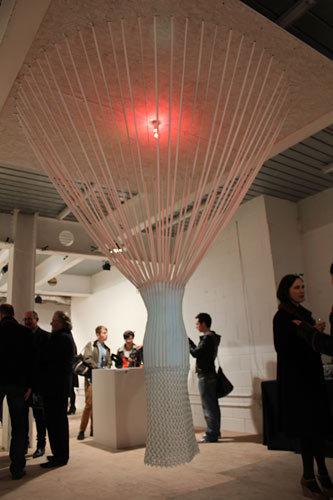 写真:YKKとのコラボレーション作品の「ジッパードレス」=今年2月、ロンドン