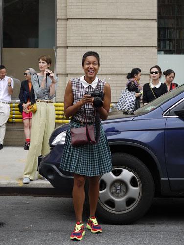 写真:フォトグラファーの彼女。チェック×チェックの着こなしが楽しい。白い襟が余計に引き立って見えます