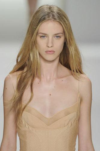 写真:Calvin Klein センシャルでナチュラルなメイク。このセクシー過ぎるかもしれないヌーディーなドレスをイノセントなニンフの様な印象に見せます(12年春夏NYコレクションから=大原広和氏撮影)