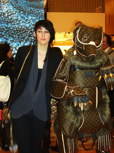 写真:ビリー・アキレオスさんとクマ