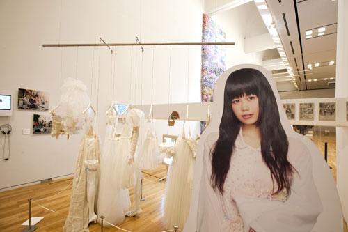 写真:ケイスケカンダ。四畳半の和室で「洋服」を描くというプレゼンテーション