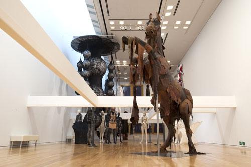 写真:スクワァッチファブリックス。古着のレザージャケットや革パンツを解体して作り上げた実物大の馬や牛