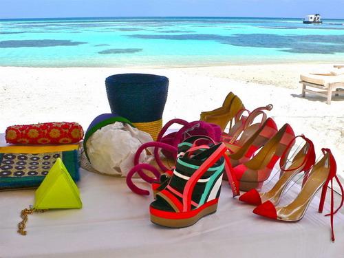 写真:鮮やかな色彩のファッションとターコイズの海