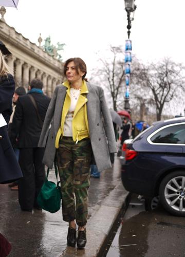 写真:イエローのレザージャケットの上にはグレーのコートを重ねて。上級者の「コート・オン・コート」スタイル。これはCHANELのショー会場