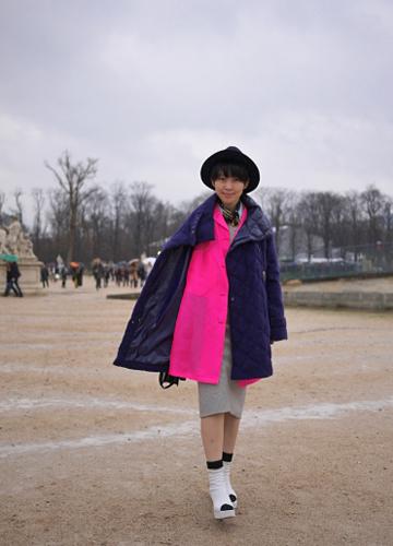 写真:ピンクの鮮やかなコートの上に、さらにブルーのコートを重ねて。「コート・オン・コート」スタイル決定版。ELLE SAABのショー会場