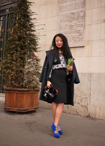 写真:ALEXIE MABILLEのショー会場。彼女も黒をメインに置きながらもブルーの靴や鮮やかなグリーンのクラッチバックで色を指し色に加えて