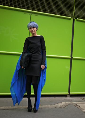 写真:VIVIANNE WESTWOODのショー会場で。 真っ黒なドレスの挿し色はヘアスタイルと付属のショール