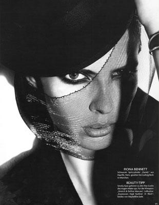 写真:Vogue germany 2010年より。帽子もグラフィック的にはヘアと同じ。アイメイクが強調されてモード風。すてきです。
