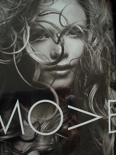 写真:2005年 Bergdorf goodmanより。風でヘアが乱れた一瞬の美しさをとらえた写真。(以上、吉川康雄の作品集から)