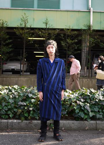 写真:matohuのショー会場。このブランドのアイコン、長着と呼ばれる洋服を着て。