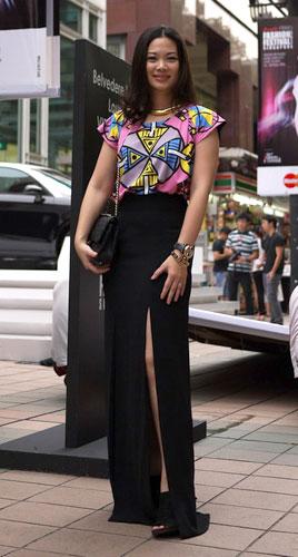 写真:引きずるほどのロングスカートには深くてセクシーなスリットが。