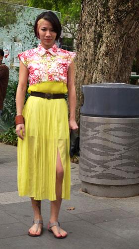 写真:透け感のあるプリーツスカートに、大きく入ったスリット。彼女はマレーシアのファッションエディター。