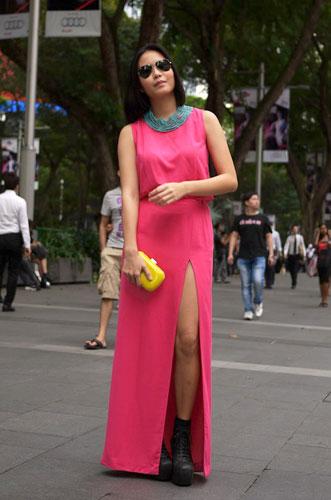 写真:全身ピンク!カラフルです。小物で色をさらに追加することで全体が単調になるのを防いでいる。