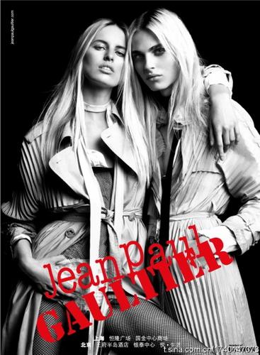 写真:トップモデル、キャロリーナとのツーショット。女性より女性的? まるで美しい姉妹のようなジャンポール・ゴルチエの広告写真