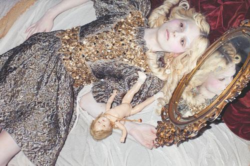 写真:妖艶なビクトリアンドールに変身したアンドレイ