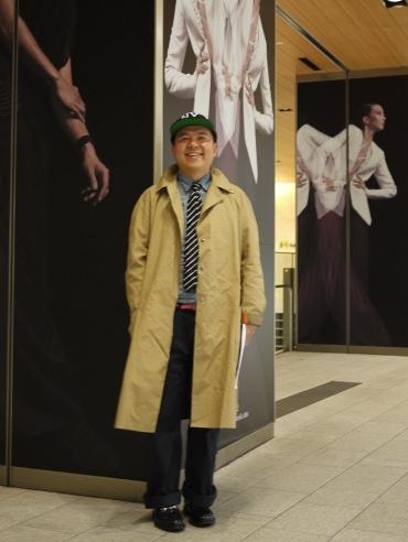 写真:スタイリスト、デザイナーとしても活躍中の小沢さん。彼も早速キャップを取り入れています。