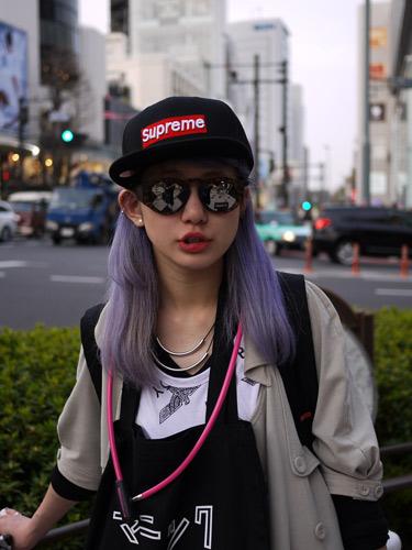 写真:今期のキャップスタイルはつば部分がスクエアなものを選ぶのがポイント。 彼女はSUPREMEのキャップをチョイス。