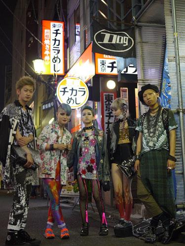 写真:過剰な激しさに身を包んだファッションキッズ5人衆。10代後半の若者が多い。