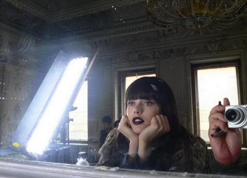 写真:撮影初日。数々のアクシデントで既に疲れ気味の撮影チーム。ドレスが到着するのを待っているモデルもテンションは下がり気味。窓の外は明るいけど既にディナータイムなのです。