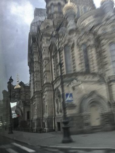 写真:今回、ヴォーグの撮影で行ったセントピーターツバーグは芸術の都。ヨーロッパ建築とロシア建築が融合され、ロシアで一番美しい都市といわれています。この時期は夜中もこれくらい明るい白夜の季節でした。市街風景のスナップ(ヴォーグチーム移動バスから)
