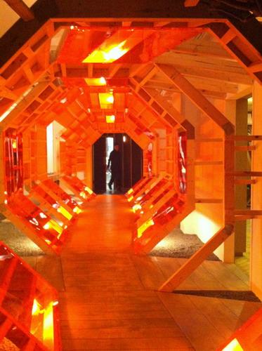 写真:LN-CCの入り口、木製のトンネル。インテリアを手がけたのは、イギリス注目のセットデザイナー、Gary Card