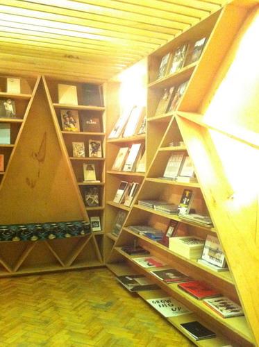 写真:LN-CC店内。珍しい写真集やCDやレコードを扱うコーナーもある