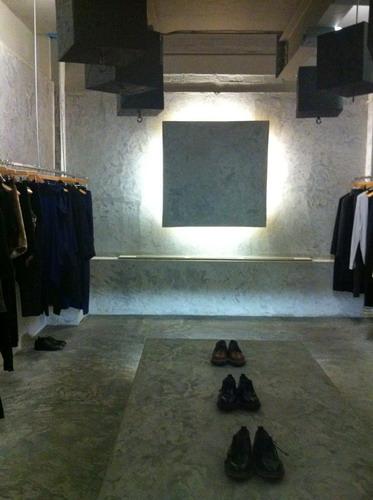 写真:これもLN-CC店内。この部屋はコンクリート打ちっぱなしの無機質なテイストに仕上がっている