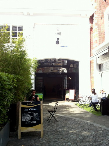 写真:the shop at bluebird。向かって右がカフェ兼グロサリー、左はレストラン、そして奥がセレクトショップになっている