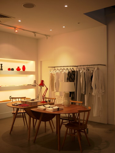 写真:Margaret Howellの店内。家具やリネン、生活雑貨全てにブランドの世界観が反映されている。