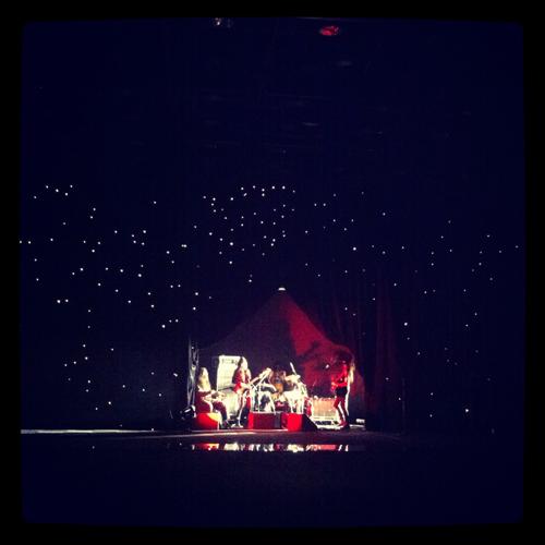 写真:NOZOMI ISHIGUROのショー。ホーメイ歌手の山川冬樹率いるバンドの生演奏が印象的。