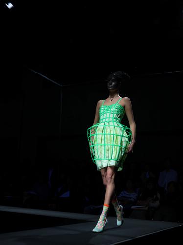 写真:ANREALAGEのルックその2。スカート部分が張り出したドレス。