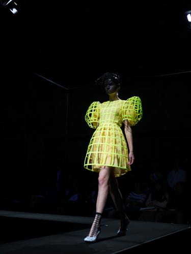 写真:ANREALAGEのルックその1。袖が大きく膨らんだドレス。
