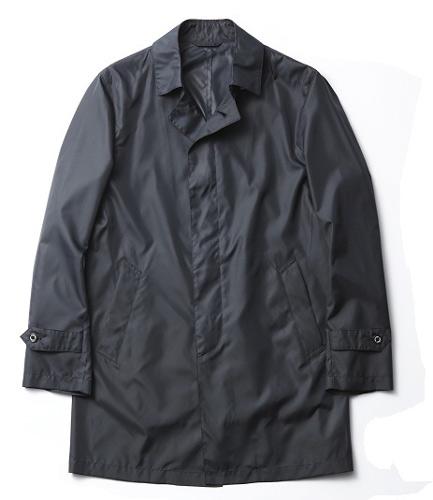 写真:(写真5)一着持っていると重宝するポケッタブルのナイロンコート。折りたたんで収納できる専用袋つき。コート¥19,950/マッキントッシュ フィロソフィー(SANYO SHOKAI 0120−340−460)