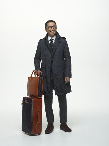 写真:(写真4)ホフマン ジャパンの野村さんが着用したコートは、軽量感と耐久性を兼ね備えたナイロンのトレンチコート。コート¥81,900/フェリージ(フィーゴ 03−5772−8348)