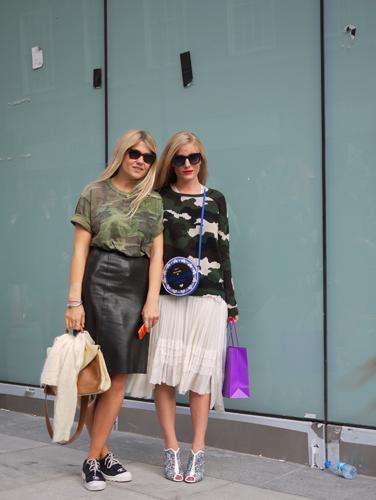 写真:注目のカモフラ柄を取り入れた2人組。カモフラTシャツにはレザースカート。カモフラニットにはガーリーなプリーツスカートをあわせて。