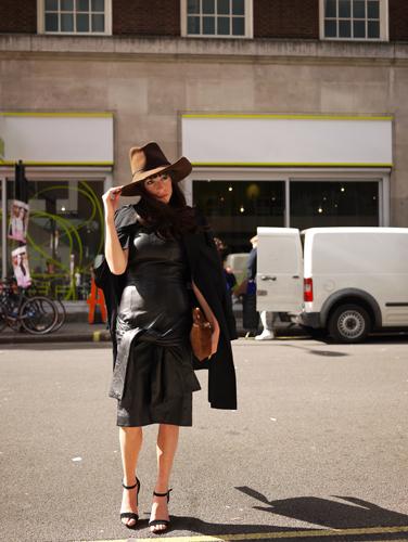 写真:何と彼女はレザーのワンピース!帽子とバックは茶色を合わせてシックに着こなして。