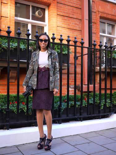 写真:彼女もタイトスカート。レディライクな着こなしにはカモフラ柄のジャケットで上手にハズしています。