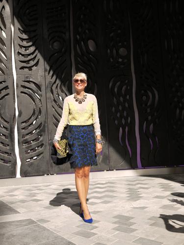 写真:イエロー×ブルーの鮮やかな着こなし。彼女もタイトスカートをチョイス。クリストファー・ケインのショー会場。