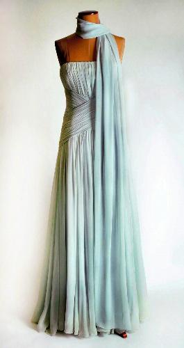 写真:競売で落札された故ダイアナ元妃のドレス。1987年のカンヌ国際映画祭などの際に着用された=AP