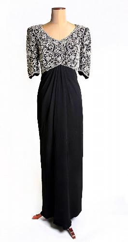 写真:競売で落札された故ダイアナ元妃のドレス。1992年の外遊時に着用された=AP